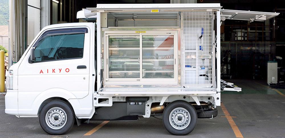 冷蔵ショーケースと雑貨棚